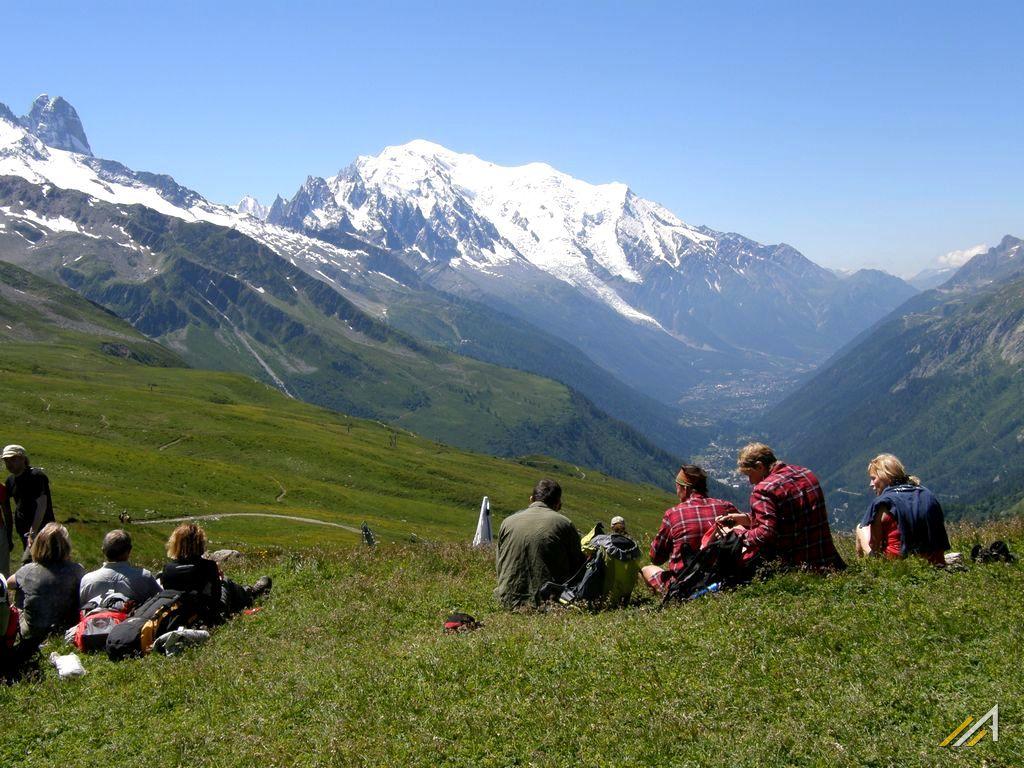 Trekking wokół Mont Blanc, Alpy. Widok z Col de la Balme na Chamonix Mont Blanc
