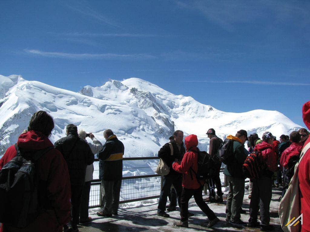 Trekking wokół Mont Blanc. Widok Aiguille du Midi na Mont Blanc