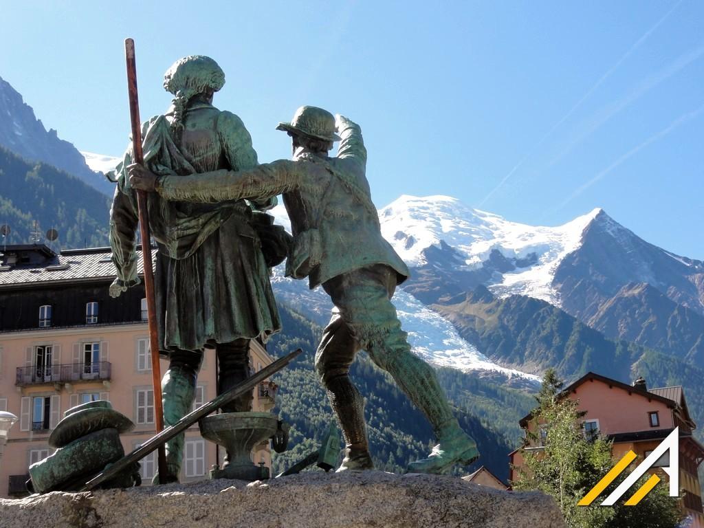 Trekking w Alpach, widok z Chamonix na Mont Blanc