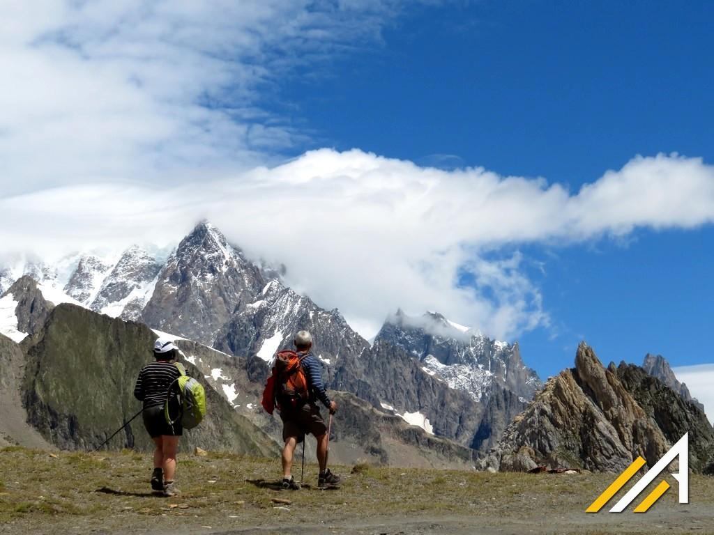 Tour du Mont Blanc, widok z Col de la Seigne na turnie Mont Blanc