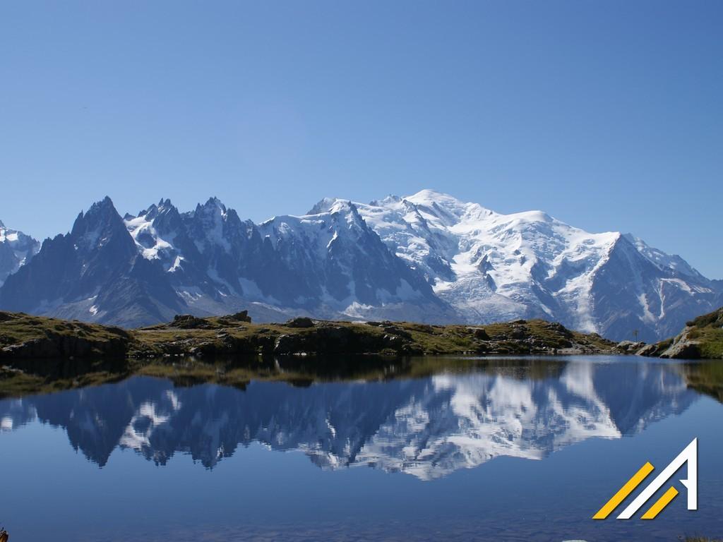 Wycieczka w Alpy, trekking wokół Mont Blanc. Widok na Mont Blanc