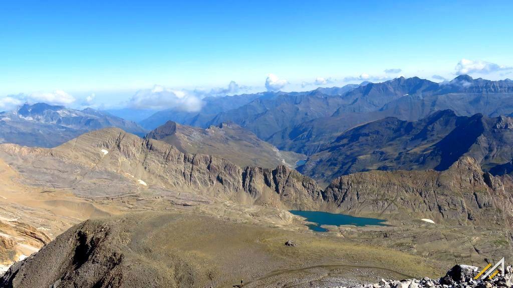 Pireneje, trekking. Widok z Monte Perdido na Pireneje Francuskie.