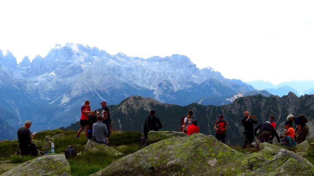 Trekking w Alpach. Szlak z Pradalago do jeziora Gelato. Widok na Dolomity Brenta