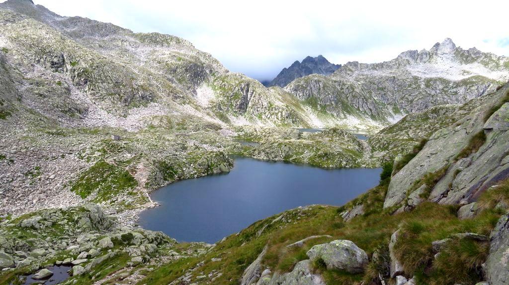 Trekking w Alpach, grupa Adamello Presanella, szlak Giro dei Cinque Laghi, Lago Gelato, poniżej Lago Serodoli