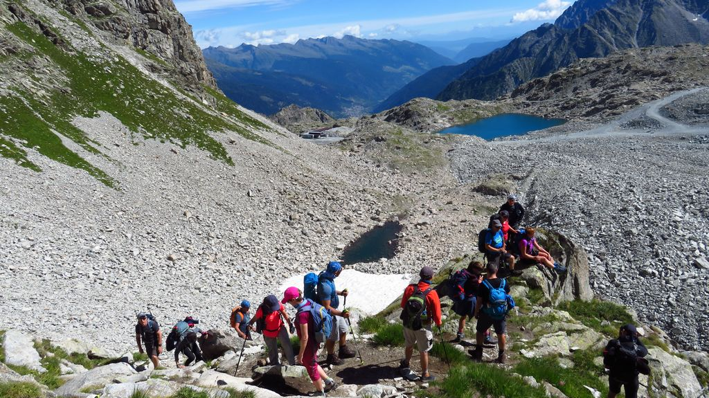 Wycieczka w Alpy. Szlak z Passo Paradiso na Passo del Castellacio, grupa Adamello Presanella