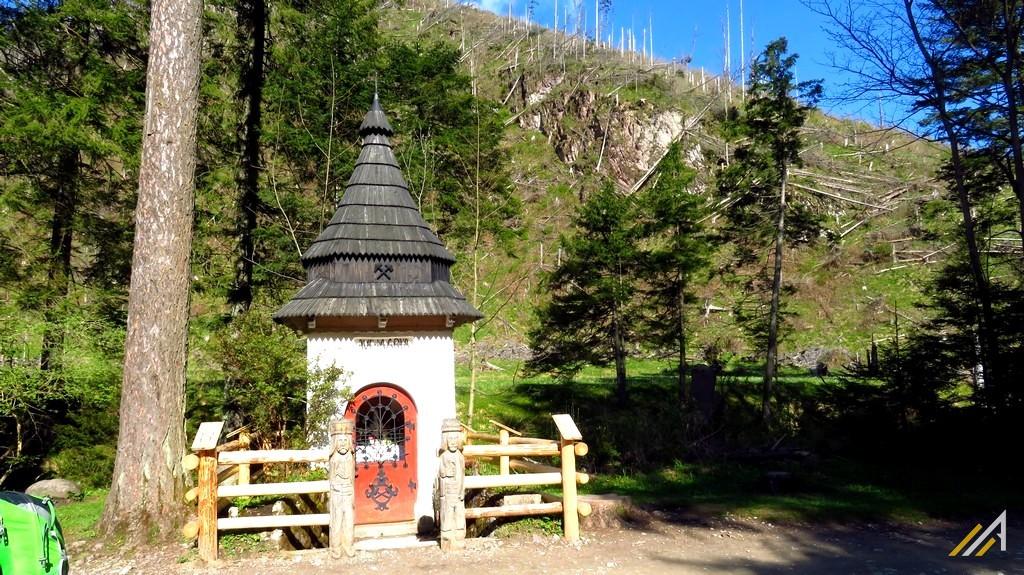 Trekking w Tatrach. Dolina Kościeliska, kapliczka.