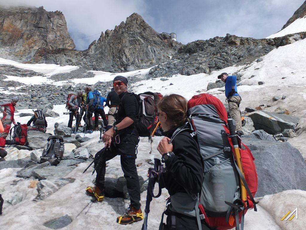 Trekking Haute Route, odpoczynek na Glacier de Bertol. Widok na Cabane de Bertol (3311 m n.p.m.)