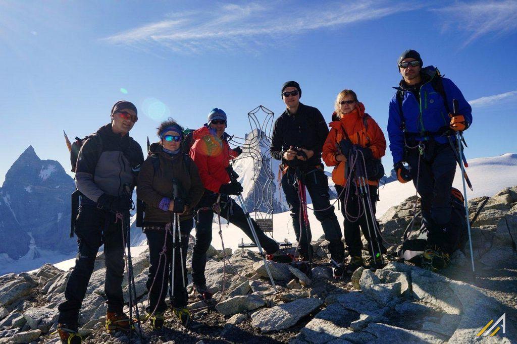 Haute Route, Tete Blanche 3710 m n.p.m.). W głębi widać Matterhorn i Dent d'Herens