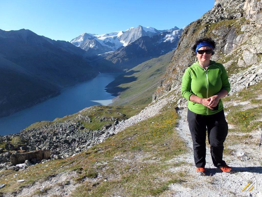 Wycieczka w Alpy, Haute Route. Widok z Col des Roux na jezioro Lac des Dix i Mont Blanc de Cheilon (3870 m n.p.m.)