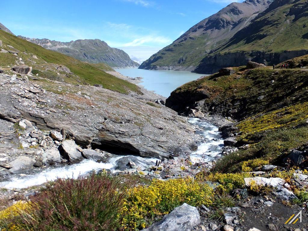 Wycieczka w Alpy, trekking Haute Route. Widok na Lac des Dix