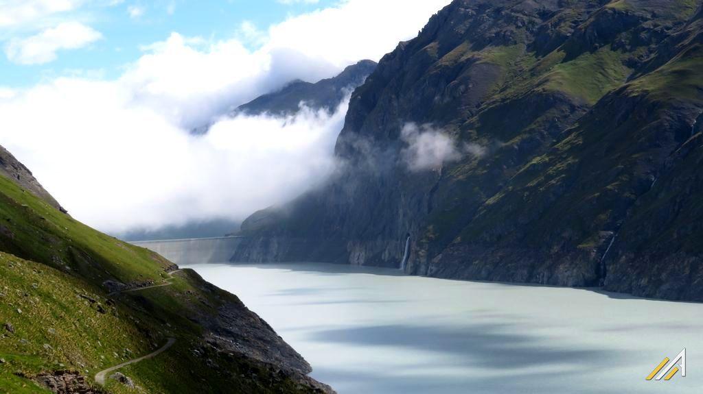Wycieczka w Alpy, szlak Haute Route. Widok na Lac des Dix i zaporę Dix