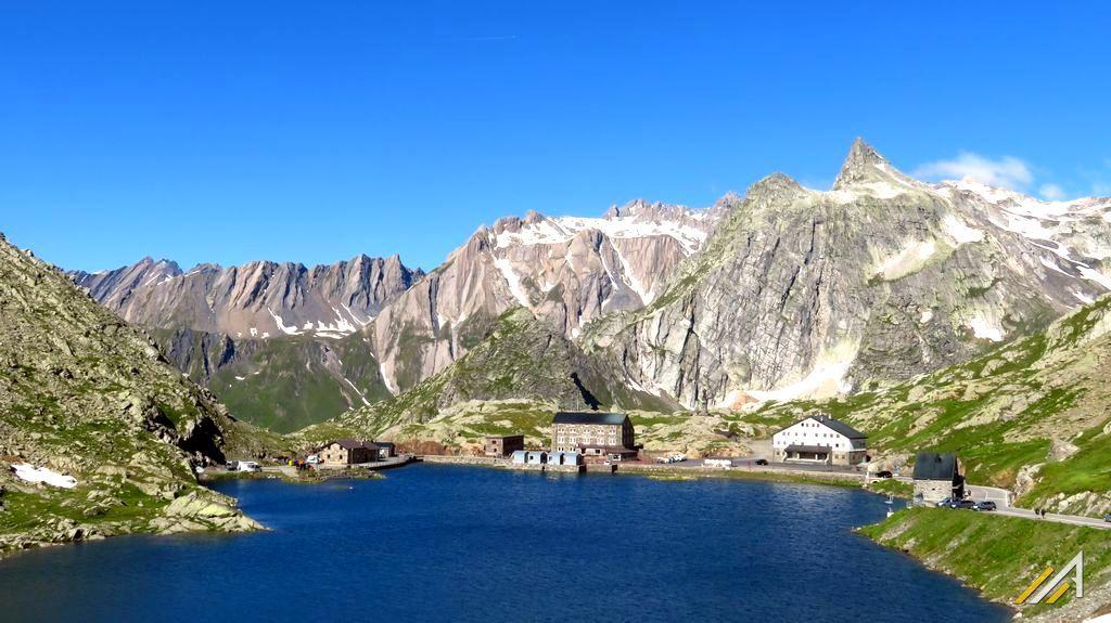Trekking w Alpach. Wielka Przełęcz św. Bernarda. Widok na włoską część przełęczy i Alpy Graickie.