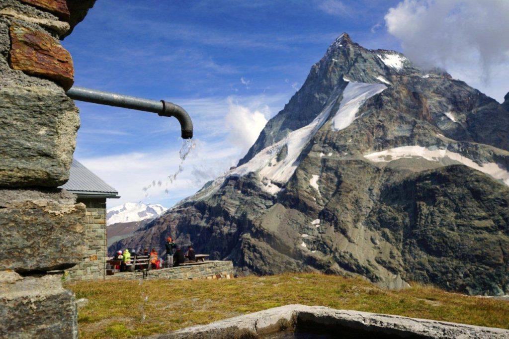 Trekking Haute Route, widać Matterhorn i fragment schroniska Schonbielhutte
