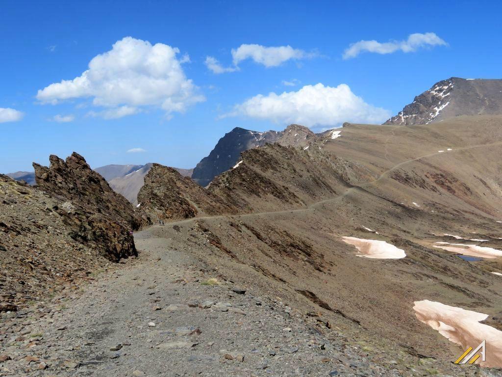 Trekking w Hiszpanii, Andaluzja. Droga Trzytysięczników, z prawej strony widać Mulhacen ( 3478 m n.p.m.)