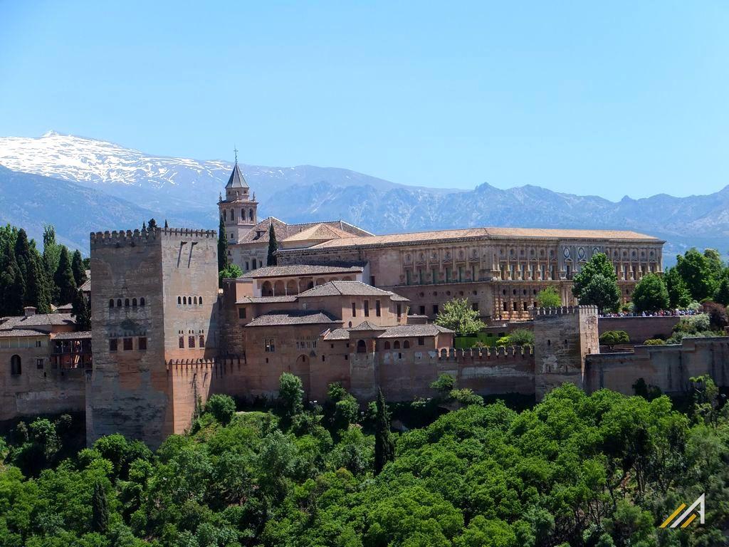 Trekking w Hiszpanii, Andaluzja. Widoczna Alhambra i Góry Sierra Nevada