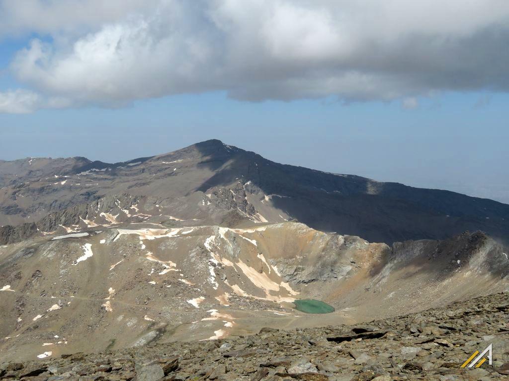 Trekking w Sierra Nevada, jezioro Laguna de la Caldera i Vivac de la Caldera. Widok ze szczytu Mulhacen