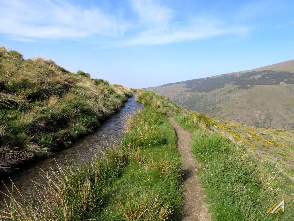 Trekking w Górach Betyckich. Kanał doprowadzający wodę z gór Sierra Nevada do krainy Alpuhara
