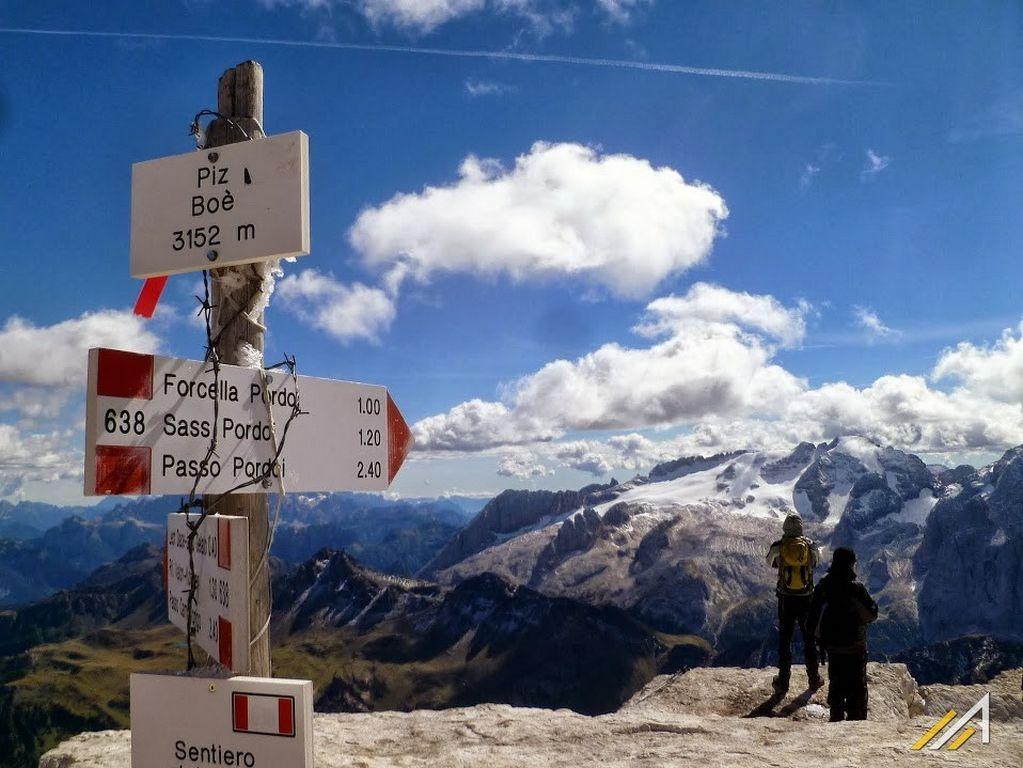 Dolomity,szczyt  Piz Boe w grupie Sella. Widok na Marmoladę i lodowiec Marmolada