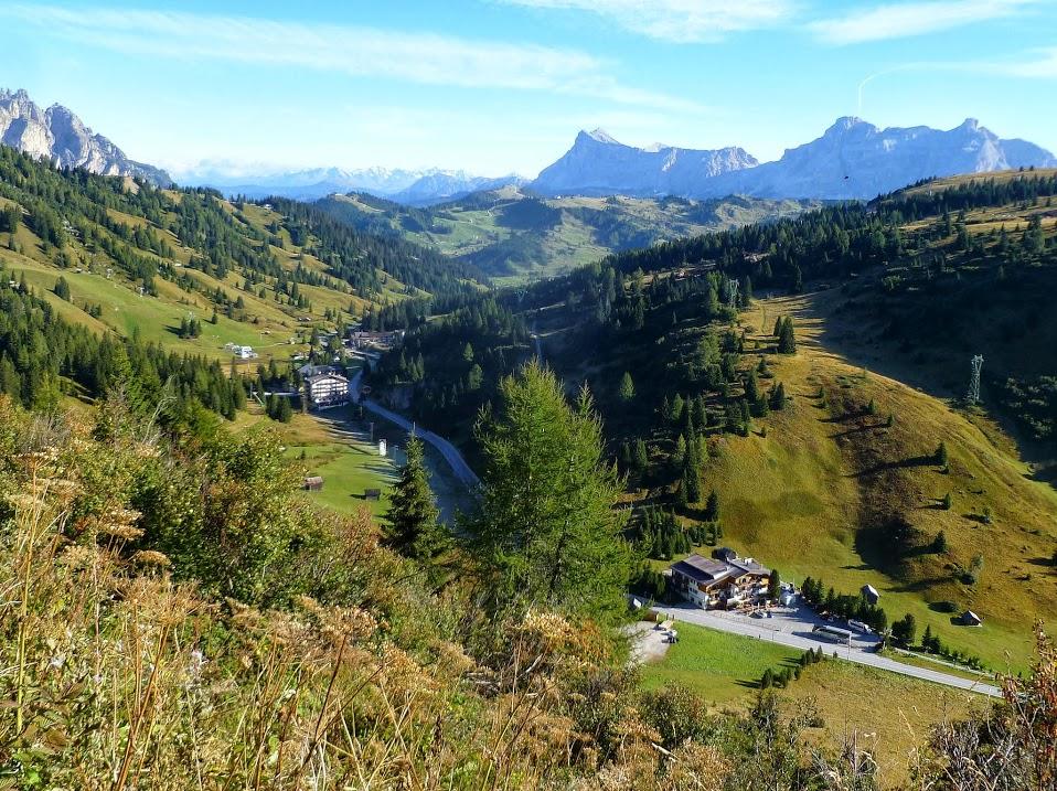 Dolomity, trekking, Passo Campolongo, w dole Alta Badia i Corvara