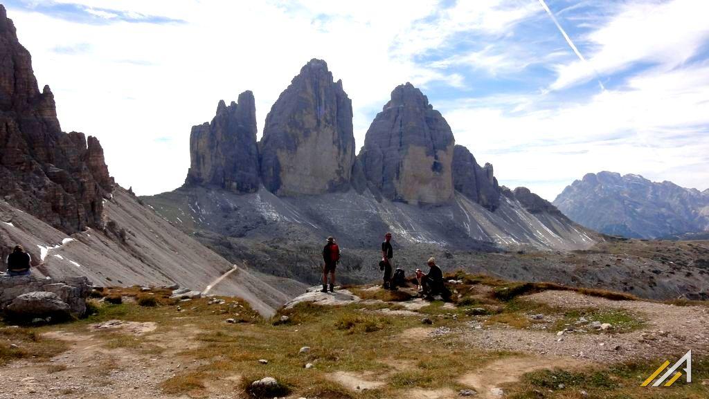 Trekking w Dolomitach Wschodnich. Widok na Tre Cime di Lavaredo, z prawej stoki Monte Paterno