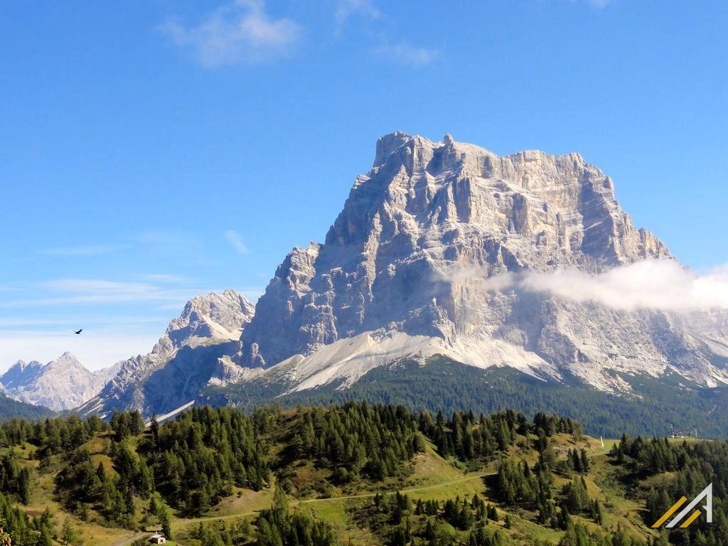 Dolomity, trekkingi, widok na Monte Pelmo (3168 m n.p.m.)