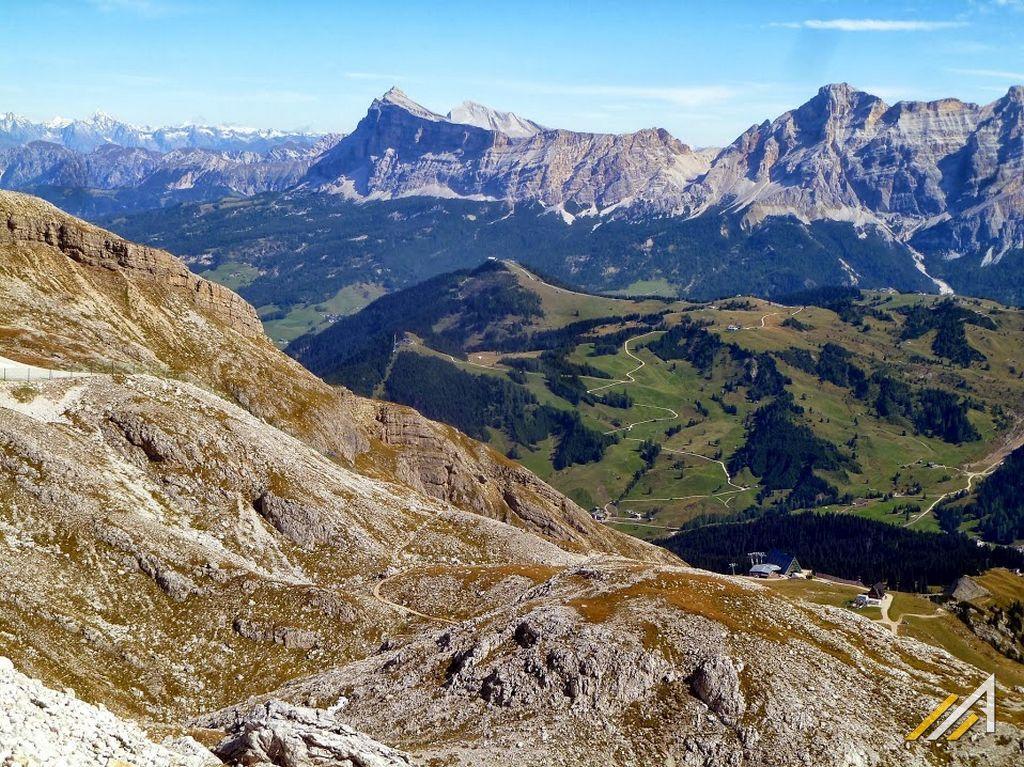 Trekking w Dolomitach. Widok na Passo Campolongo