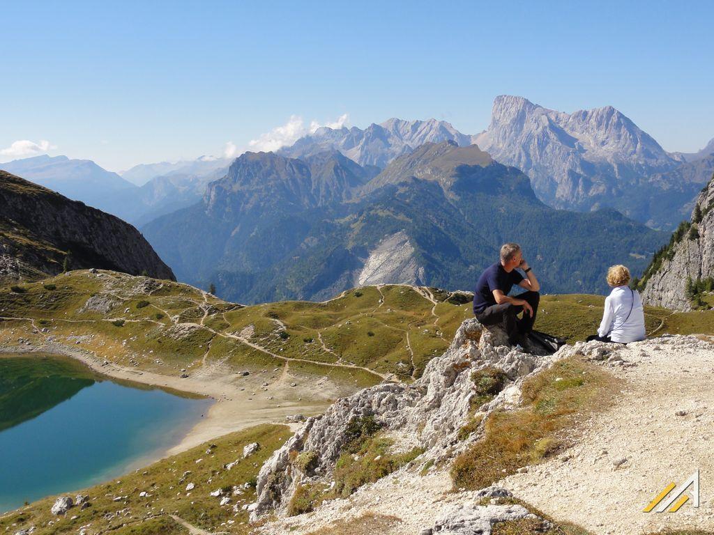 Trekking w Dolomitach. Passo Coldai i Lago Coldai. Widok na Sasso Bianco.