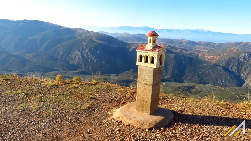 Trekking w Grecji. Widok z Gór Parnas na Góry Peloponezu