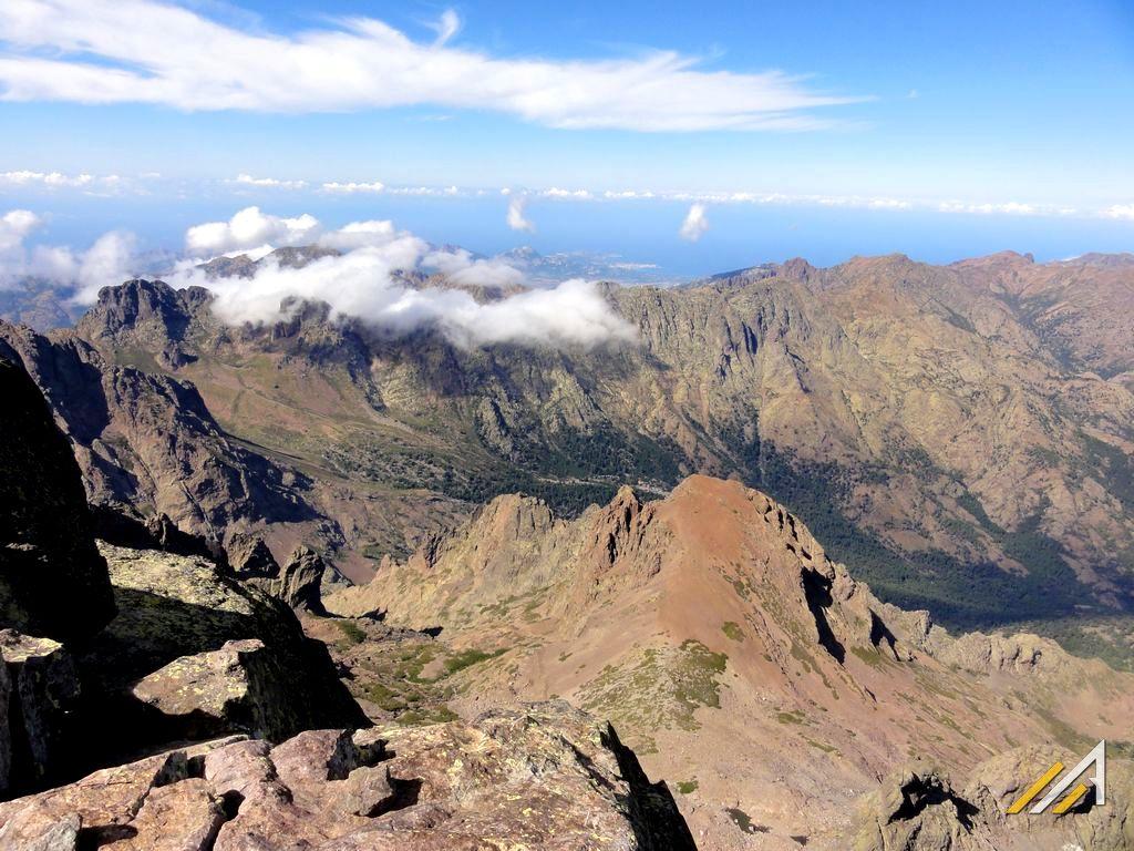 Korsyka, trekking, widok z Monte Cinto na góry Korsyki